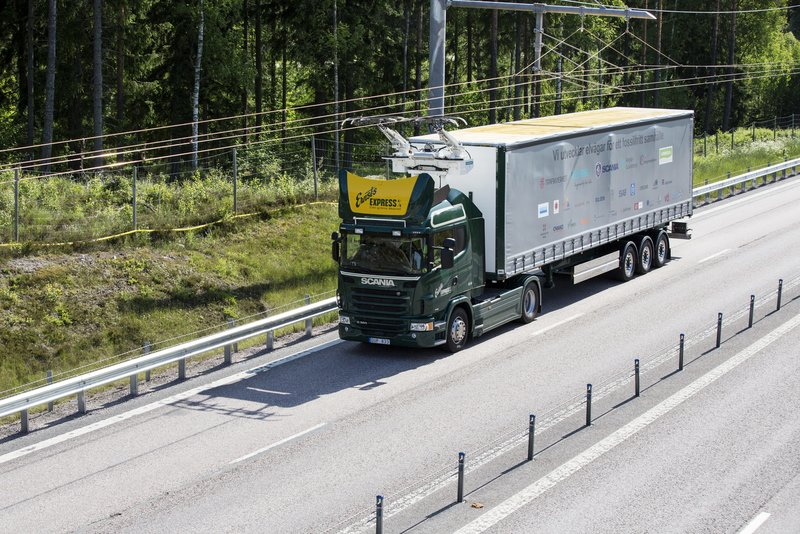 Electric road hybrid truck with Siemens pantograph on the roof. (Photo: Scania)